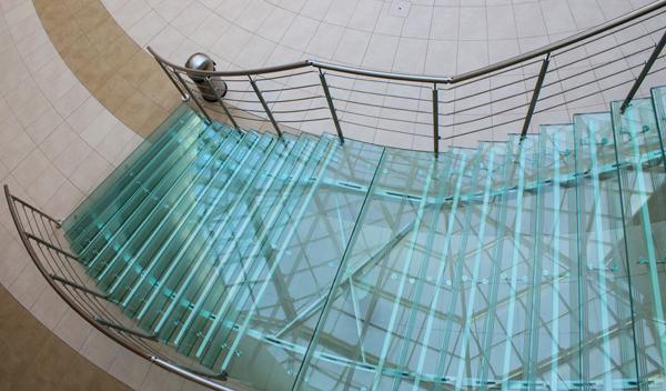 Garde-corps à barres avec escalier en verre