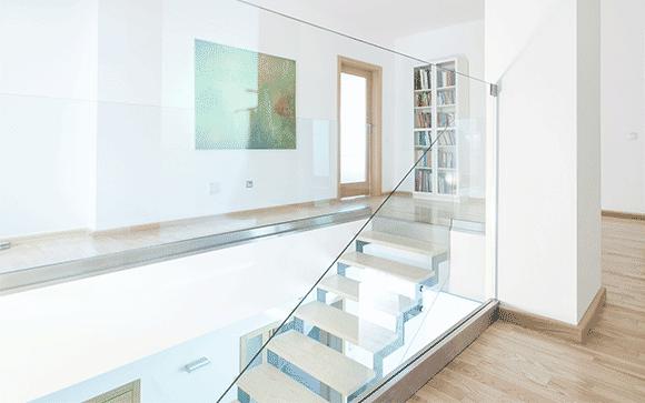 cage escalier design tout verre