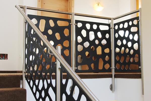 Garde-corps escalier en inox avec tôle acier perforée